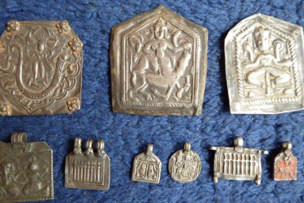 Silberplakette mit Gottheit - Asiatica Foth