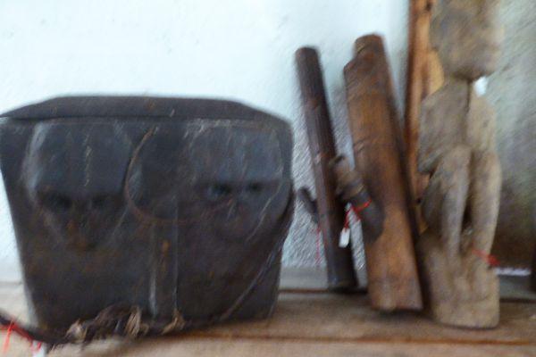 Schädelkorb und Opiumpfeifen - Holzschnitzerei aus dem Nagaland