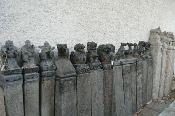 Steinstelen mit Tierkreiszeichen - Asiatica Großhandel in Freiburg
