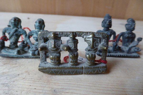 Jagannatha Trinität und Dorfwächter - Gelbguss